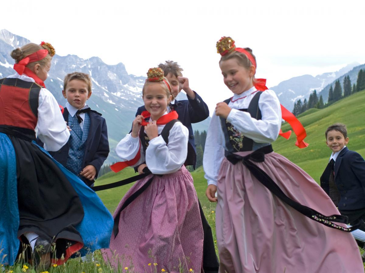 Arlberger Kinder in Tracht